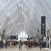 Gare de Montpellier Saint-Roch - Le hall et les brumisateurs en action (Juillet 2014)