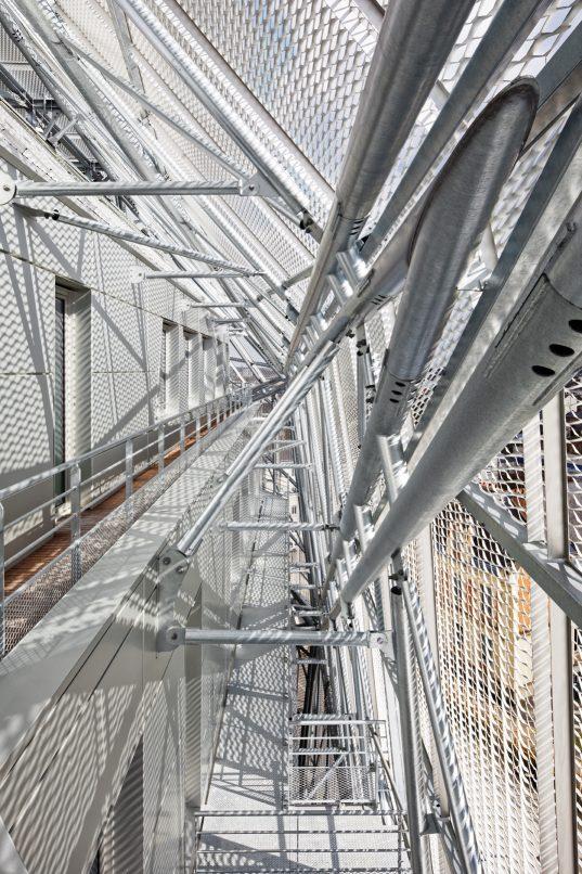Posée sur la structure béton, la charpente métallique de 250 t en acier galvanisé.
